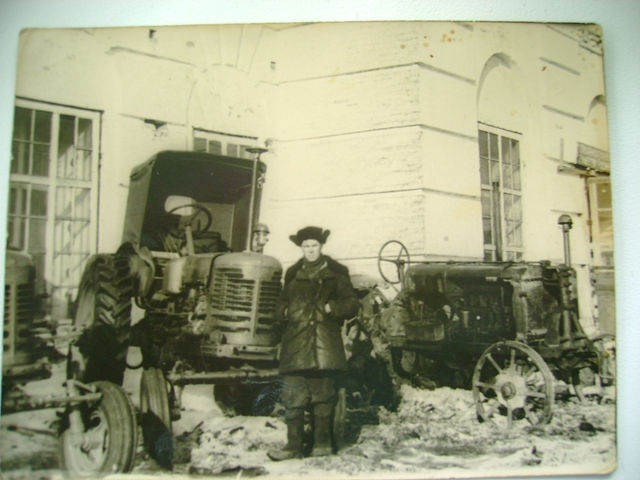 Здание церкви в 1960 году. На фотографии сделанной в 1960 году Ордин Павел Евграфович, механик Ентальской МТС. Фотография из личного архива Александры Ординой.